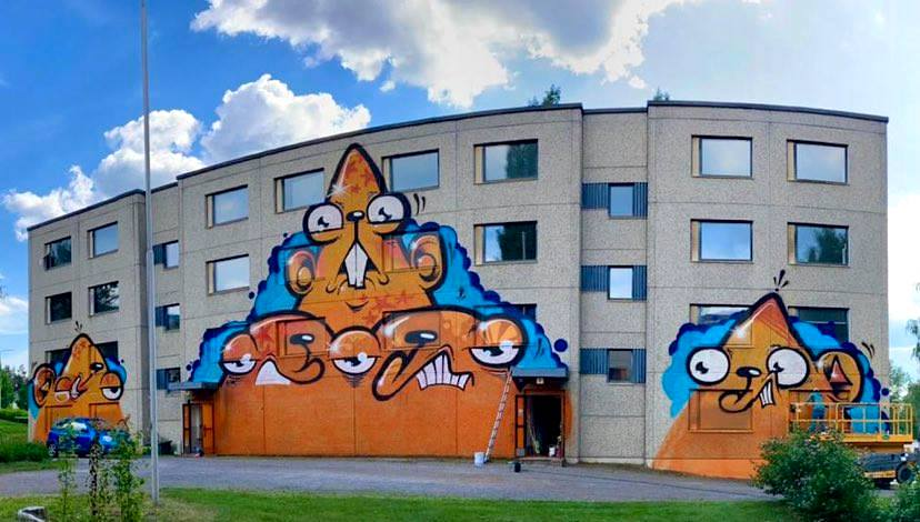 Muraali kerrostalon seinässä Nummella