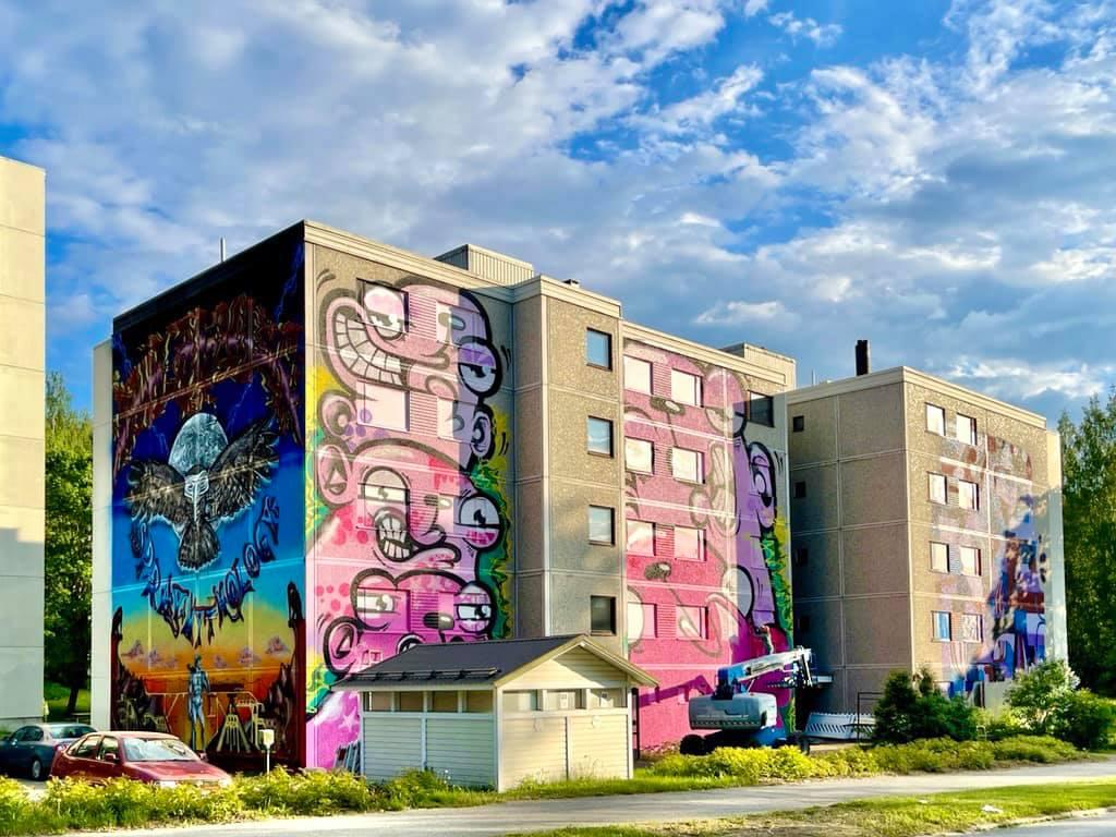 Muraali kerrostalon seinässä Katumalla