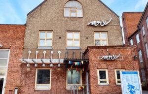 Kulttuurikeskus ARX talo kuvattuna Viipurintien suunnasta. Rapattu talo, jossa ARX-kyltit.