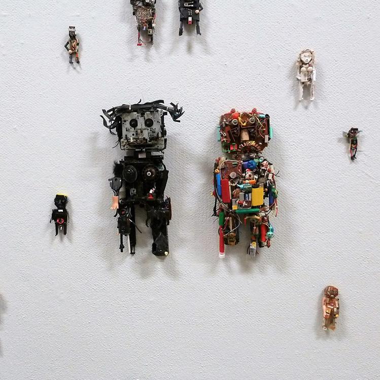 UusiX -näyttelyn yksityiskohta seinällä olevista roboteista.